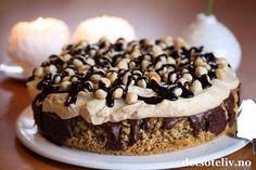 """Her er et herlig kaketips til helgen! """"Nøttekake med sjokolade og kaffekrem"""" er den mest leste oppskriften på NRK Mat i 2014! Jeg måtte såklart også teste kaken, og den var veldig, veldig god.  Kaken består av en meget myk nøttebunn som synker sammen i midten etter at den er ferdigstekt. Det passer bra, for gropen fylles med et deilig sjokoladefyll. På toppen dekkes kaken med luftig kaffekrem, som smaker deilig til resten. Jeg har pyntet kaken med hele hasselnøtter og sjokoladesau... Food And Drink, Cookies, Baking, Breakfast, Sweet, Recipes, Crack Crackers, Morning Coffee, Candy"""