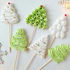 2019 Cute and Beauty Christmas Biscuits Ideas - Page 2 of 4 - Vida Joven Christmas Snacks, Christmas Mood, Noel Christmas, Christmas Goodies, Meringue Desserts, Meringue Cookies, Cupcake Cookies, Cupcakes, Holiday Baking
