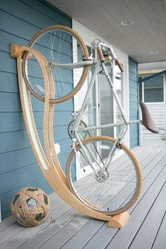 Here is a cool bike rack that lets you store your bicycle at your place in a beautiful fashion. Made of plywood, the Peri bike rack is made of locally Carpentry Projects, Home Projects, Garage Velo, Diy Garage, Velo Design, Rack Design, Bicycle Rack, Bike Hanger, Bike Parking