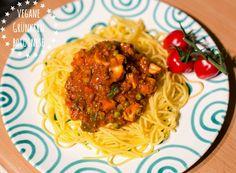 vegane Grünkern Bolognese mit Gemüse und Tomaten und Spaghetti glutenfrei