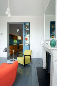 Here is the deco inspiration of the day, this is a completely renovated London apartment. London Apartment, Apartment Interior, Bristol, Blue Shelves, Sala Grande, Piece A Vivre, Wood Interiors, Retro Home, New Room