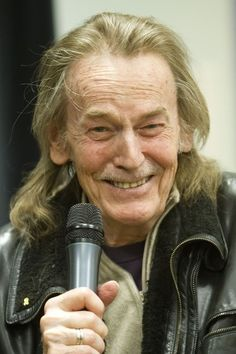 Gordon Lightfoot - Born in Still has that beautiful voice! Yes, getting a wee bit older. Like the hair ! Music Icon, My Music, Gordon Lightfoot, Country Men, Easy Listening, Country Music Singers, Sing To Me, People Change, Folk Music