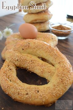 Egyptian Simit is a delicious, circular , sesame topped bread that is going to decorate your breakfast/dinner table. Egyptian Desserts, Egyptian Food, Egyptian Recipes, Egyptian Bread Recipe, Types Of Bread, Eastern Cuisine, Arabic Food, Arabic Dessert, Arabic Sweets