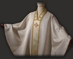 Casula bianca decorata con croci.  White gothic cashuble with crosses