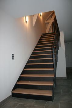 Escalier droit marches bois et contremarches acier Straight staircase with wooden steps and steel ri Modern Stair Railing, Timber Stair, Modern Stairs, Staircase Design, Cabin Interior Design, Loft Design, Painted Stair Risers, Stair Renovation, Interior Railings
