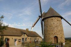 Le moulin de Fierville-les-Mines est installé dans le Nord-Cotentin à une dizaine de kilomètres de Portbail et à une vingtaine de Barneville-Carteret. Le village tout entier s'est mobilisé pour remettre en état ce moulin. © Jean-Luc Faïsse