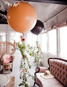 7X STYLEN MET KLEUREN MET VAN ZONSONDERGANG • geen feest zonder ballonnen! Deze feestelijke DIY maak je zelf door grote ballonnen aan het plafond te bevestigen. Bind aan elke ballon een lang touw met daaraan eucalyptustakken. Bevestig er hier en daar een bloem tussen met een dun ijzerdraadje. Kijk hier voor tips, DIY's en meer inspiratie   XL balloon with eucalyptus branch   vtwonen 07-2019   Styling Kim van Rossenberg   Fotografie Ernie Enklaar #party #feest #versiering #decoration Purple Clematis, Clematis Vine, Sweet Autumn Clematis, Bamboo Poles, Low Maintenance Garden, Room To Grow, Grey Stain, Garden Boxes, Chickens Backyard