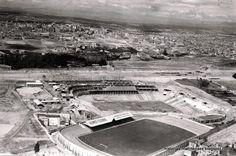 Preparación del terreno de juego del Estadio de Chamartín. Hacia 1925. Fotógrafo: Álvaro En esta ocasión os proponemos un vistazo a la ...