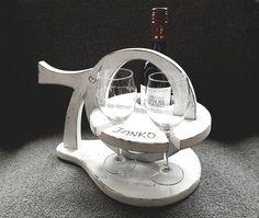 """Houten standaard voor fles wijn en 2 glazen. De standaard is voorzien naam met de leeftijd """"70"""" als handvat. De glazen zijn gegraveerd met een hartslag. De houder is gemaakt van mdf, geverfd en gelakt in landelijke stijl. Tekst, leeftijd en kleur zijn naar wens aan te passen. Mirror, Table, Furniture, Home Decor, Atelier, Seeds, Decoration Home, Room Decor, Mirrors"""
