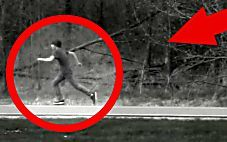 This video allegedly shows a real time traveler caught on tape. The video itself was taken by a CCTV security camera in the rural United States and supposedl. Pictures Of People, Weird Pictures, Time Travel Pictures, Time Travel Proof, Real Ghost Photos, Alien Photos, Creepy Ghost, Paranormal Photos, Remote Viewing