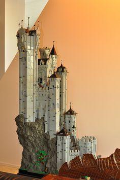 Now that's a castle! Lego Castle - Eagle Keep Lego Castle, Lego Design, Lego Burg, Lego Structures, Lego Sculptures, Amazing Lego Creations, Fantasy Castle, Lego Worlds, Lego Models