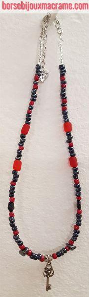 Collana di perline rosse e antracite con chiave color argento.