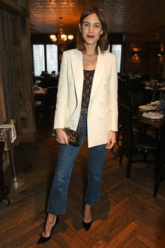 Our Look of the Week goes to Alexa Chung in a subtle blazer-jeans combo, perfect for a dinner-date. Outfit Zusammenstellen, Blazer Outfits, Holiday Party Outfit, Holiday Outfits, Holiday Parties, Party Looks, Tomboy Fashion, Look Fashion, Fashion Beauty
