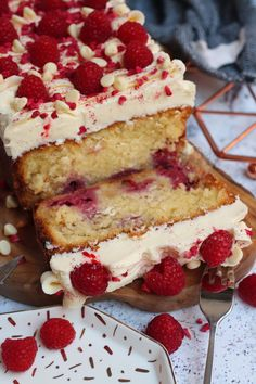 A Simple and Delicious White Chocolate Raspberry Loaf Cake with White Chocolate Buttercream Frosting and Fresh Raspberries! Chocolate Raspberry Cheesecake, White Chocolate Cake, Rasberry Cake, Chocolate Art, Chocolate Fudge, Chocolate Desserts, Tray Bake Recipes, Baking Recipes, Dessert Recipes
