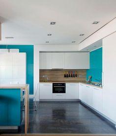 Угловая бело-голубая кухня в стиле минимализма 14 кв. метров