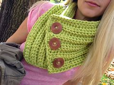 It's Fall Y'all Crochet Cowl: FREE 3 button chunky cowl pattern