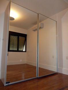 moderno guarda roupa planejado com porta de espelho