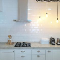 Agora com coifa! . #home #homedesign #homesweethome #myhome #myhouse #minhacasa #meular #interiorforall #interior4all #interior #instahome #interiordecor #interiorforinspo #roomforinspo #simplicity #decor #decoration #decorations #decoracao #homedecor #cozinha #kitchen #kitchendesign #subwaytile