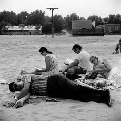 People reading and dreaming // Vivian Maier