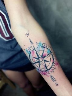 das ist eine der schönsten bunten tätowierungen mit einem großen schwarzen kompass   idee für einen compass tattoo auf der hand einer jungen frau