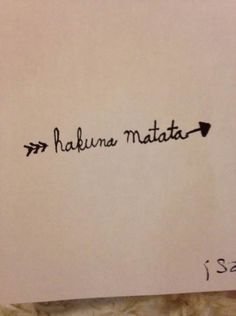 I would love this on my hip Tattoo arrow hakuna Matata lion king. I would love this on my hip Disney Tattoos Klein, Disney Tattoos Small, Small Tattoos, Tiny Tattoo, Tattoo Disney, Trendy Tattoos, New Tattoos, Cool Tattoos, Tattoo Hakuna Matata