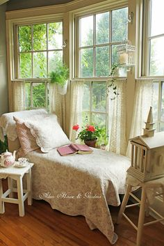 4 Natural Clever Tips: Shabby Chic Interior Blue Walls shabby chic bedroom curtains. Cottage Shabby Chic, Shabby Chic Bedrooms, Shabby Chic Homes, Shabby Chic Furniture, Shabby Chic Decor, Cozy Cottage, Furniture Chairs, Distressed Furniture, Shabby Chic Porch