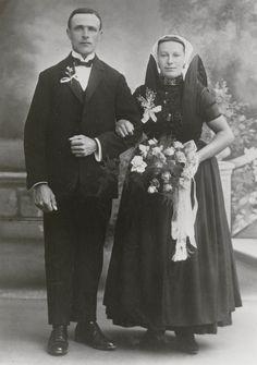Bruidspaar, Levien van de Wege en Suzanna de Kraker uit Axel. De bruidegom draagt burgerkleding, de bruid is in de zware rouw, die vermoedelijk iets verlicht is. Zwarte kleding, granaten halssnoer, oorijzer met gouden krullen. Bruidsboeket en corsage zijn modern. 1925