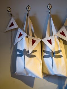 Bolsas con #logo de #nelybelula. Feeling Special, Dragonflies, I Love Fashion, How Are You Feeling, Gift Wrapping, Graphic Design, Holiday Decor, Illustration, Artwork