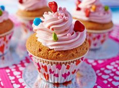 Avec les lectrices reporter de Femme Actuelle, découvrez les recettes de cuisine des internautes : Secrets de maman : Cupcakes à la rose