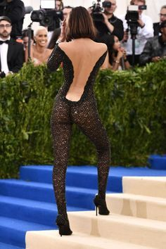 See the Met Gala 2017 dresses on Vogue. Don't miss all the Met Gala 2017 red-carpet dresses as they arrive. From Rihanna and Beyonce to Katy Perry and Blake Lively, see the Met Gala dresses for 2017 here. Sexy Outfits, Sexy Dresses, Nice Dresses, Met Gala 2017 Dresses, Sarah Jessica Parker, Bella Hadid, Gigi Hadid, Celebs, Celebrities