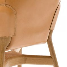 Feita de couro natural, o corpo da Pocket Chairé pendurado sobre a estrutura, garantindo uma surpreendente capacidade de adaptação do assento.  Sua forma acolhedora lhe confere um aspecto familiar, mas sofisticada.  Lavável e resistente, a Pocket C ...