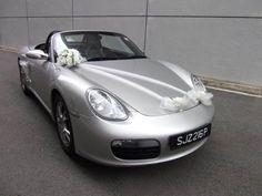 déco de voiture pour mariage en rubans blancs en tulle et un bouquet de roses blanches