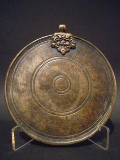 Melong: specchio rituale, #Tibet, XIX sec.  Il #Melong è uno #specchio rituale sciamanico usato per pratiche, riti esoterici, predizioni divinatorie e come amuleto protettivo. Specchiandosi nel Melong viene trasmesso il potere di guarigione, di saggezza e la concentrazione. H 14,5 CM. www.arte-orientale.com