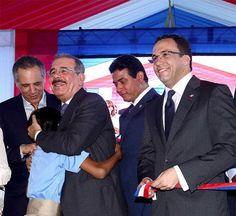 El presidente Danilo Medina es abrazado por una niña en el acto inaugural de una escuela.