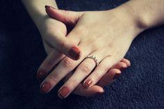 Cansada da mesmice na hora de fazer a unhas mas ao mesmo tempo não quer ter muito trabalho com nail art? Taí uma ideia fácil de reproduzir e que já dá um ar totalmente novo para as suas mãozinhas: a fita adesiva.