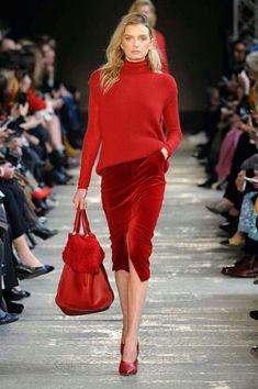 Sieh total rot aus - Sieh total rot aus - The Effective Pictures We Offer You About Runway Fashion outfits A quality picture can tell you many th Red Fashion, Fashion 2020, Look Fashion, Runway Fashion, Fashion Outfits, Womens Fashion, Fashion Trends, White Fashion, Street Fashion