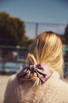 You need hairstyles that will work for your job, but still add your personality and style. Here are seven cute everyday hairstyles that you need to try out. Hairstyles For Round Faces, Bun Hairstyles, Hair Inspo, Hair Inspiration, Cute Everyday Hairstyles, Fotografia Macro, Medium Hair Cuts, Hair Day, Hair Bows