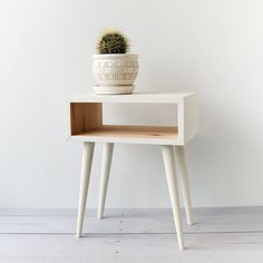Risultati immagini per wooden bedside table scandinavian Mid Century Modern Table, Mid Century Modern Furniture, Scandinavian Style Bedroom, Modern Bedroom, Modern Bedside Table, Bedside Tables, Wood Nightstand, White Nightstand, Woodworking Furniture Plans
