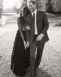 #RelationshipGoals El Palacio de Kensington ha desvelado los retratos oficiales del compromiso del #PrincipeHarry y #MeghanMarkle (y un outtake de la sesión como agradecimiento). Los detalles en Vogue.mx