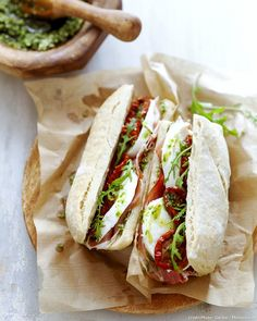 Paninis ham, mozzarella - Who does not like paninis ? A soft bread, melted cheese, grilled vegetables . And everyone is enjoying themselves. - Pctr UP No Salt Recipes, Meat Recipes, Snack Recipes, Sandwich Recipes, Mozzarella, Gourmet Sandwiches, Wrap Sandwiches, Quinoa Vegan, Paninis