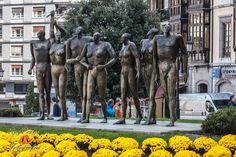 Monumento a la Concordia en la Plaza del Carbayon de Oviedo. Escultura hecha en bronce, obra de Esperanza d'Ors, y está datada en 1997.