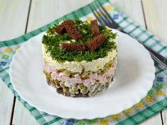 Этот слоеный салат привлек мое внимание прежде всего названием. Как-то сразу вспомнилась скороговорка: На дворе трава на траве дрова. С этой скороговоркой салат объединяет не тольк...