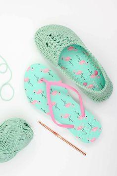 bef0a587baa121 aus alten grünen Flip Flops Hausschuhe selber machen mit rosa Flamingo  Muster Socken Stricken