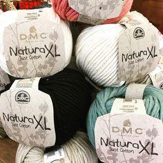 Ça c'est Coton ! 🌱c'est le bon timing pour reprendre le coton. . . XL pour les accessoires, pailleté parce qu'il est bien d'être un peu glam, naturel on est toujours dans la tendance. A vos aiguilles 🥢#coton #nature #tricot #tricotaddict #knitting #instaknit #cotton #accessories #dmc #decoration 🌿#lamercerieparisienne