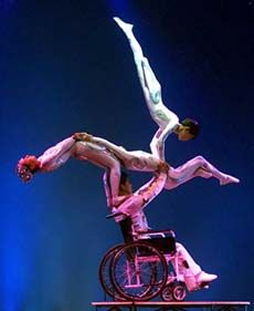 A really cool picture of a gymnast with a disability supporting others in a routine. This relates to our discussions about disabilities and the arts. Disability Art, Disability Awareness, Shall We Dance, Lets Dance, Adaptive Sports, Beauty In Art, Spinal Cord Injury, Disabled People, Dance Art
