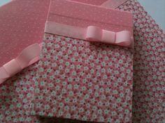 Kit é composto de caderno assinatura com 50 folhas e 10 blocos para anotações com 50 folhas sem palta. Revestimento com tecido a escolha do cliente fazendo composição com os blocos pequenos. Tamanhos : caderno:21x15x01 cm bloco :12x9x01 cm ***Opção de fazer caixinhas para colocar os blocos dentro - orçamento a parte. Os produtos do Atelier Helô Furlanetto são feitos artesanalmente, um a um. Todos os materiais usados na confecção das caixas são de extrema qualidade para garantir a ex...