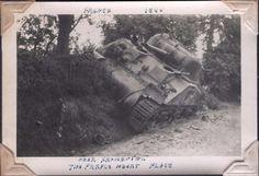 """Près de Fromentel, l'endroit de la """"Purple Heart"""" [nom d'une médaille militaire américaine] Char américain détruit dans la bataille de Rânes-Fromentel ; remarquez le casque de métal sur le sol près du char"""