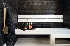 Tunnelmallisen saunan seinät ovat vahakäsiteltyä Aure piiluhirsi -kuusipaneelia, valmistaja Aureskosken Jalostetehdas Oy. Haapalauteet on käsitelty valkoiseksi Tikkurilan Supi Saunasuojalla.