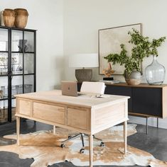 11 Stunning Home Offices With Feminine Desks. Big pretty work spaces that appeal to people looking for pretty desks. Home Office Design, Home Office Decor, Home Decor, Office Ideas, Office Furniture, Big Desk, Living Room Decor, Living Room With Desk, Bedroom Decor