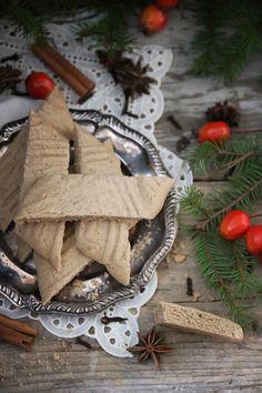 Älskar du som jag pepparkakskrydda men tycket att pepparkakor kan bli lite för mycket under julen? Eller älskar du kanske ALLT med pepparkakskrydda? Då måste du testa mina pepparkakssnittar. Har använt mitt recept på blåbärssnittar och adderat egengjord pepparkakskrydda som är superenkelt att göra. Det blev smöriga, spröda och samtidigt sega pepparkakssnittar. Dessa kan jag…